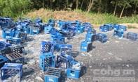 Một xe tải lật, hàng trăm vỏ chai văng xuống đường hư hỏng