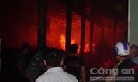 Ngọn lửa thiêu rụi xưởng gỗ trong đêm