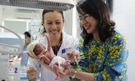 Phó Chủ tịch Nguyễn Thị Thu nâng niu bồng bé gái nặng 900gr