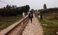 Mải mê chụp ảnh, bốn nữ sinh bị tàu hỏa đâm thương vong