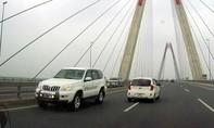 Xe biển xanh chạy ngược chiều trên cầu Nhật Tân là của dự án thuộc Bộ Y tế
