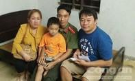 Tìm thấy người thân cho cháu bé người Lào đi lạc ngay trong đêm