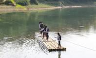 Cám cảnh học sinh phải đứng bè, đu dây vượt sông sâu đến trường