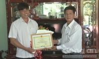 Khen thưởng chàng thanh niên và lão nông mê làm từ thiện