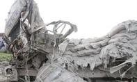 Hai lái xe tử vong kẹt trong cabin sau cú tông kinh hoàng