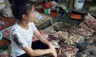 Xác minh, xử lý 2 phụ nữ tạt dầu nhớt vào quầy thịt heo của cô gái
