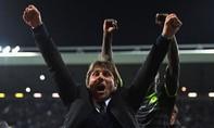 Clip: HLV Conte ăn mừng điên cuồng khi lần đầu lên đỉnh Premier League
