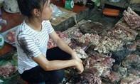 Bắt khẩn cấp 2 phụ nữ tạt nhớt vào quầy thịt heo