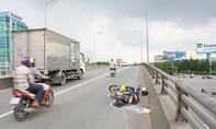Một người đàn ông rớt từ cầu vượt xuống đường nguy kịch