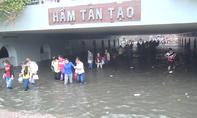 Hầm chui ở Sài Gòn thành 'bể bơi' sau cơn mưa lớn