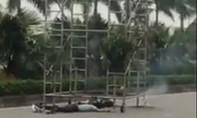 Điện cao thế phóng giữa đường khiến 2 bảo vệ thương vong