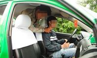 Say rượu cầm dao khống chế tài xế taxi