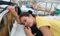 Xe khách lâm nạn lúc rạng sáng, cả gia đình nhập viện