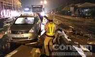 CSGT Trạm Thăng Bình dầm mưa dọn dẹp thùng giấy cát tông đổ ra đường