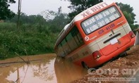 Xe buýt lao xuống hố nước bên đường khiến hành khách hoảng loạn