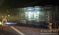 Xe đầu kéo tông vào dải phân cách quốc lộ 1A, hàng chục tấn gỗ tràn xuống đường