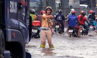 Clip: CSGT TP.HCM dầm mưa, lội nước phân luồng điều tiết giao thông