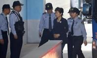 Cựu tổng thống Park Geun-hye bị còng tay dẫn đến tòa xét xử
