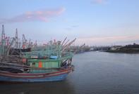 Ngư dân giải cứu 18 thuyền viên và tàu cá gặp nạn