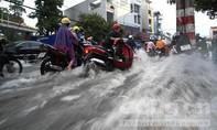 Mưa lớn, nước chảy như sông trên đường Võ Văn Ngân