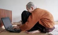 Cụ bà Việt 97 tuổi vẫn sử dụng thành thạo Internet