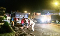 CSGT dọn dẹp chất thải vương vãi trên đường sau vụ tai nạn giao thông
