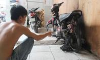 Chủ vựa dừa ở TP.HCM bị giang hồ ném bom xăng, đốt xe máy