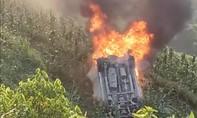 Xe mất lái lao xuống vực bốc cháy khiến lái xe bị thương nặng