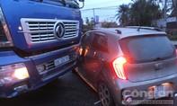 Xe tải ủi xe 4 chỗ văng hàng chục mét trên đường