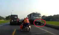 Xe tải chạy ngược chiều cuốn xe máy, 2 người tử vong
