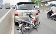 Tông ô tô chạy vào làn xe máy trên cầu Sài Gòn, 1 người nhập viện