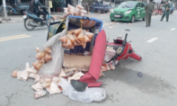 Taxi kéo lê xe máy trên đường, một người nguy kịch
