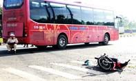 Xe máy va chạm xe khách khiến hai mẹ con nhập viện