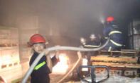 Cháy nổ lớn tại kho hàng công ty, hai xe ô tô hư hỏng