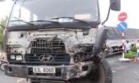 Xe tải ủi trúng xe ben, tài xế may mắn thoát chết