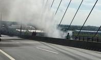 Xe tải chở đá bốc cháy ngùn ngụt trên cầu Cần Thơ