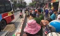 Thanh niên va lan can ngã sang đường bị xe buýt cán tử vong