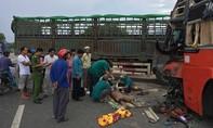 Xe tải và xe khách va chạm khiến 1 phụ xe chết thảm