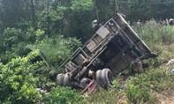 Tàu hỏa đâm ô tô tải văng 10 mét, lái xe nguy kịch