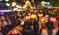 TP.HCM: Người dân thả hoa đăng hưởng ứng Lễ Phật Đản