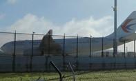 Máy bay Trung Quốc hạ cánh khẩn cấp do thủng lỗ trên thân