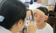 Bệnh viện mắt tổ chức khám và miễn phí cho trẻ em