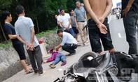 Xe máy đâm vào cột mốc, hai phụ nữ bị thương nặng