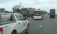Xe khách chạy ngược chiều trên quốc lộ