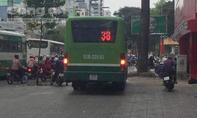 Clip xe buýt chạy lên vỉa hè khiến dư luận Sài Gòn phẫn nộ