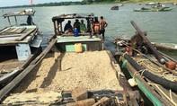 Bắt quả tang 3 tàu hút cát, sỏi trái phép trên sông Thu Bồn