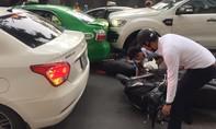 Người dân nhấc bổng ô tô cứu 2 sĩ tử đi thi bị nạn