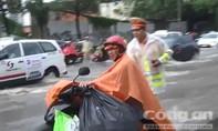 Video: CSGT đội mưa điều tiết giao thông, đẩy xe giúp người dân thành phố