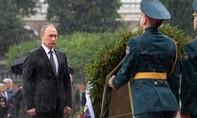 Ông Putin tưởng niệm chiến sĩ Liên Xô bất chấp mưa lớn