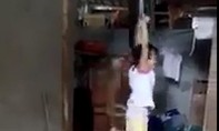 Phẫn nộ bé gái bị mẹ nuôi trói 2 tay treo lơ lửng giữa nhà